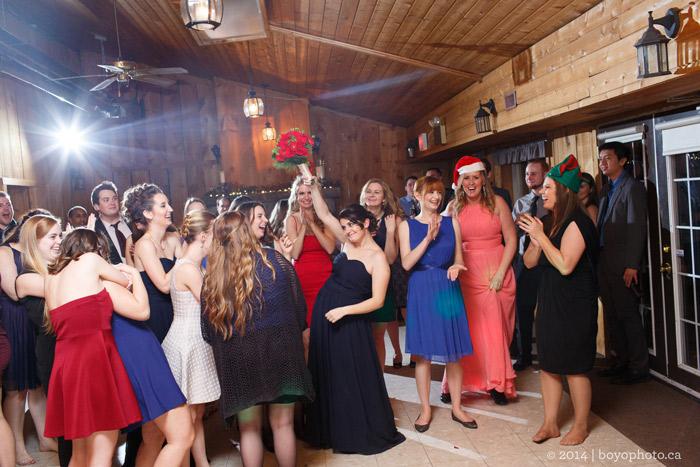 bouquet-toss-photo-ottawa-wedding-photographer